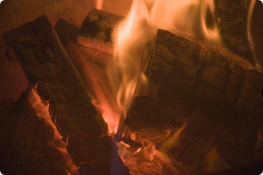 Morgen hygge med ild i brændeovnen||NIKON D90 | Nikon 18-200mm f/3.5-5.6G IF-ED AF-S VR DX | 200mm | 1/50 sek. | f/5,6 | ISO200 | Handheld |