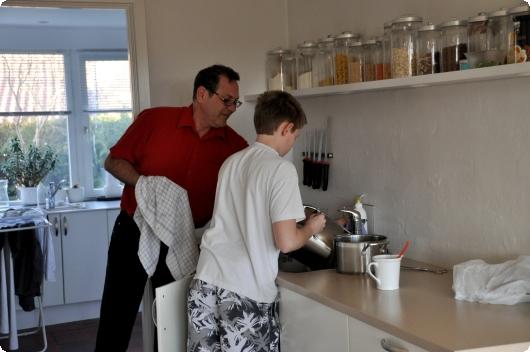 Christian og Søren i køkkenet