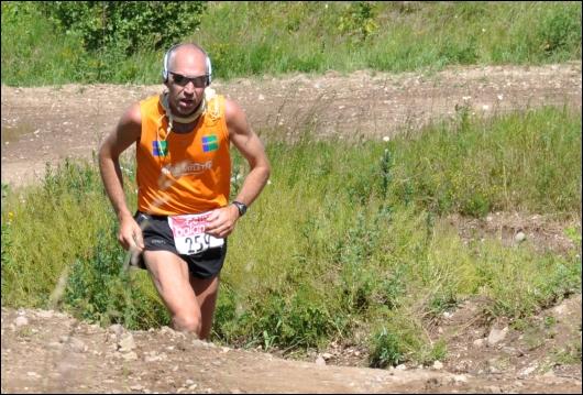 En løber på vej op ad endnu en bakke.