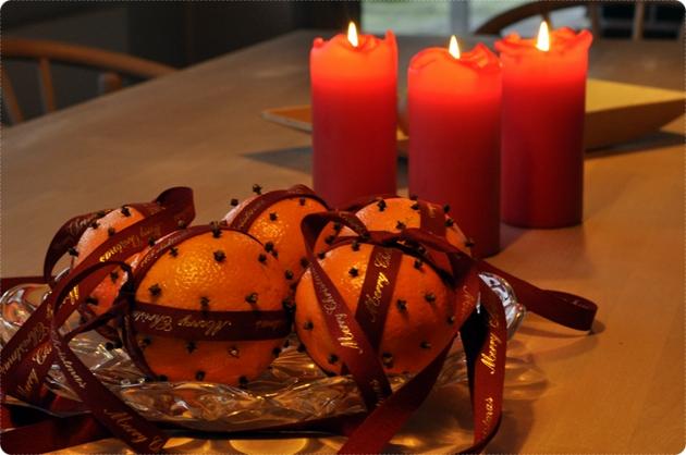 Appelsiner med nelliker og silkebånd