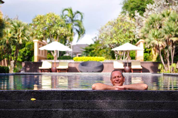 Søren i poolen på Asara Villa & Suite