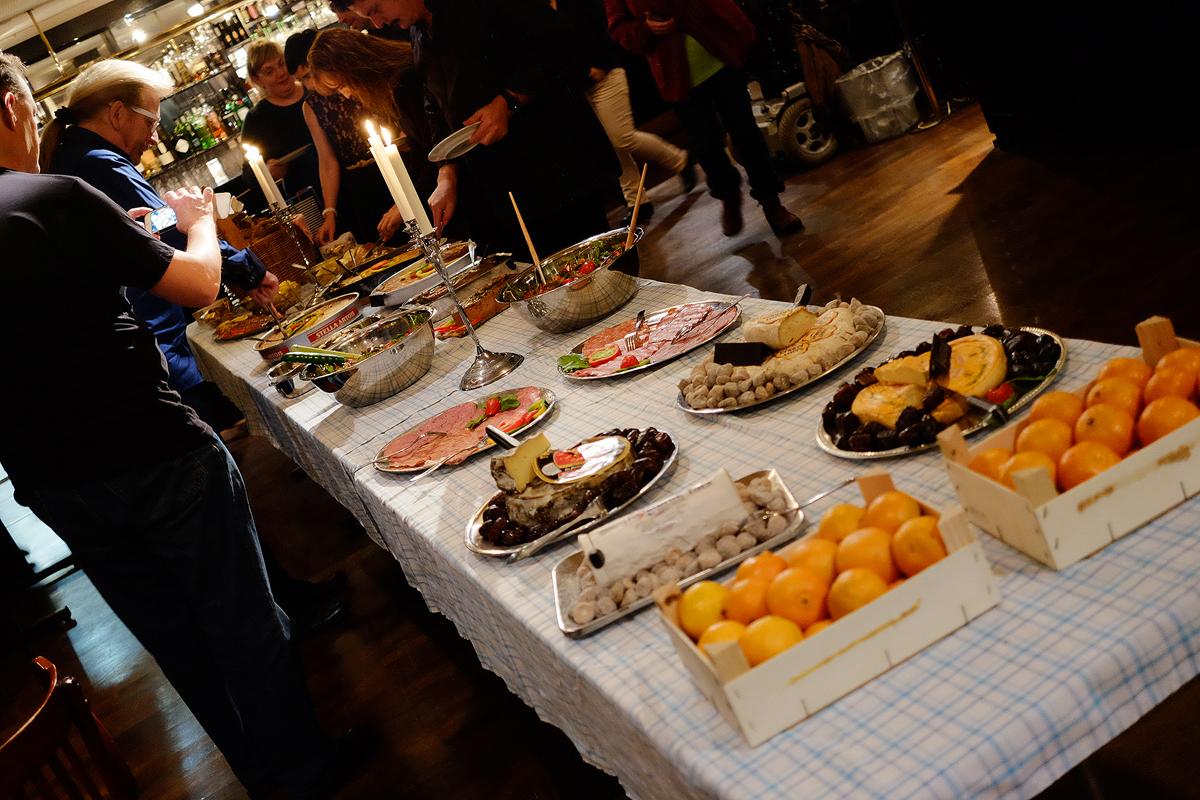 ~Fransk buffet med 3 forskellige franske tærter, 2 forskellige pâtér, flere forskellige pølser, 5 forskellige oste og selvfølgelig salat og baguette. Senere kom der en chokoladekage med kirsebær og creme